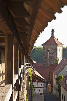 Germany, Bavaria, Franconia, Rothenburg ob der Tauber, View of Siebersturm town gate with parapet wall - WDF000994