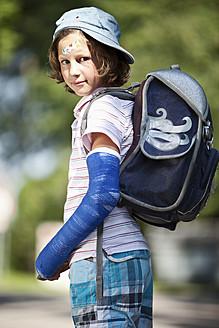 Germany, Bavaria, Wounded girl with arm in cast on way to school - MAEF003585