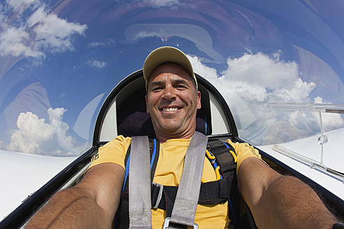 Germany, Bavaria, Bad Toelz, Mature man in glider, smiling, portrait - FFF001229