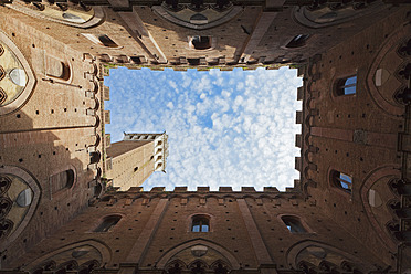 Italy, Tuscany, Siena, Torre del Mangia, Upward view of Palazzo Pubblico from courtyard - FOF003560