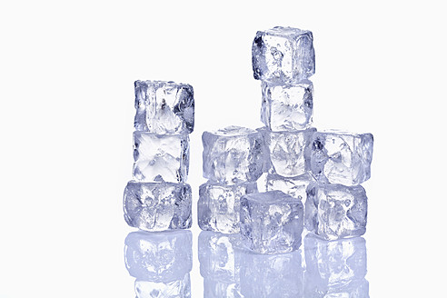 Stack of ice cubes with reflection on glass - TSF000342