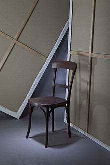 Empty wooden chair in art studio - MAEF003796