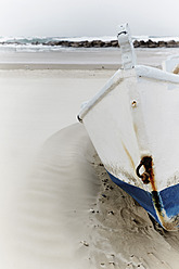 Israel, Tel Aviv, Boat on beach - TLF000610