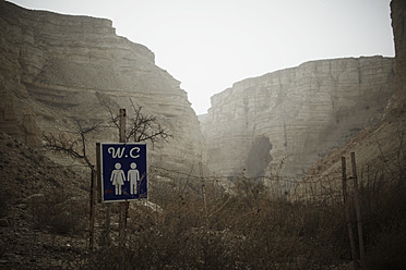 Israel, Toilet sign with ein avdat canyon in background - TLF000594
