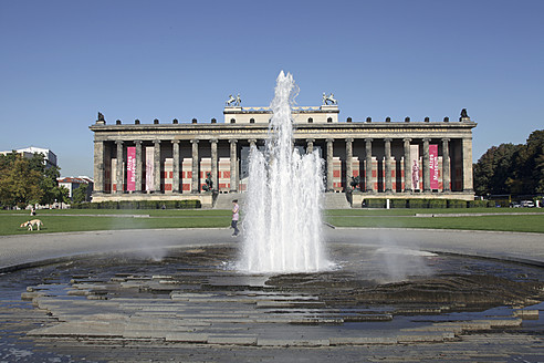 Germany, Berlin, View of fountain and Altes Museum - JMF000056