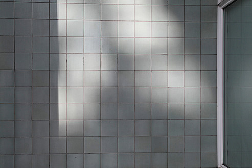 Tiled wall with sunlight and shadow - JMF000090