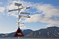 Europe, Norway, Spitsbergen, Svalbard, Longyearbyen, Directional sign with caution polar bear sign - FOF003701