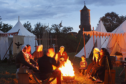 Germany, Bavaria, Franconia, Upper Franconia, Franconian Switzerland, People with camp fire at medieval market - SIE002011