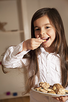 Girl eating biscuit, close up - RIMF000091