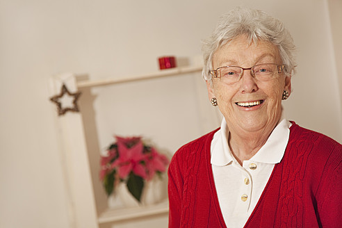 Senior woman smiling, portrait - RIMF000096