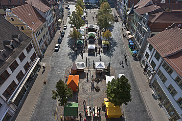 Germany, Thuringia, Gotha, People at arts and crafts market - WDF001162