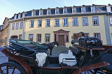 Germany, Thuringia, Weimar, Horse-drawn carriage in front of Goethe National Museum - WD001150