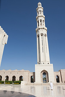 Oman, Worshipper at Sultan Qaboos Grand Mosque - LF000307