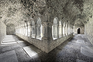 Ireland, County Clare, View of empty cloister - SIE002191