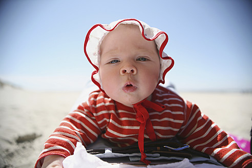 Netherlands, Ameland, Baby girl at beach, close up - SAF000001
