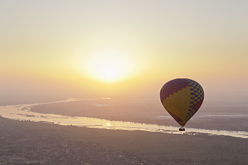 Egypt, View of hot air balloon over Westbank in Luxor - MSF002639