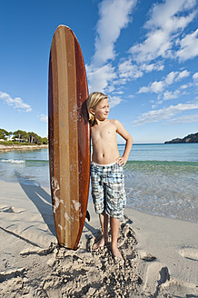 Spain, Mallorca, Boy with surfboard on beach - MFPF000079