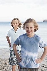 Spain, Mallorca, Children on beach, smiling, portrait - MFPF000094