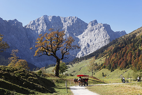 Austria, Tyrol, View of Karwendel Mountains in autumn - SIE002322
