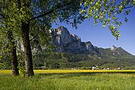 Austria, Salzkammergut,View of St. Lorenz in front of Drachenwand Mountain - WWF001957