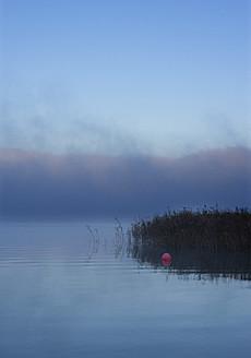 Austria, View of foggy Mondsee Lake during autumn - WWF002210