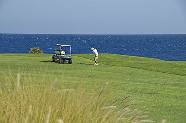 Egypt, Man playing golf on golf course - GNF001222