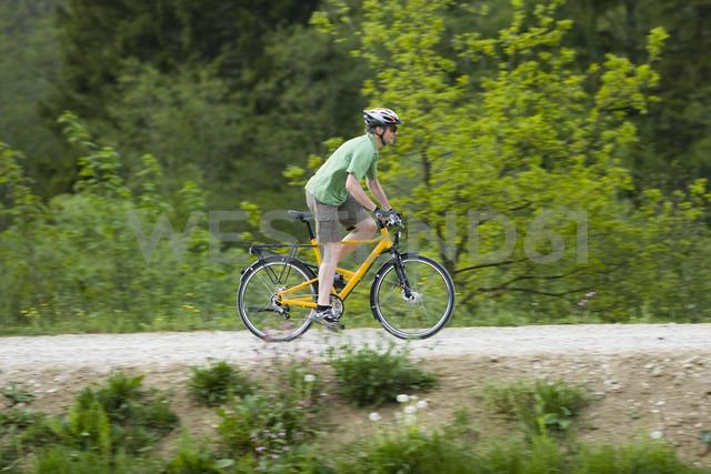 Germany, Bavaria, Munich, Mature man riding bicycle - DSF000470 - Daniel Simon/Westend61
