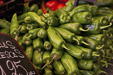 Spain, Malaga, Green peppers in market - NGF000005