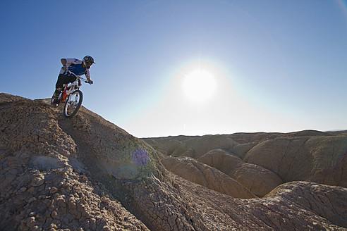 USA, California, Mountain biker cycling on mountain top - FFF001280