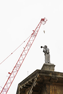 UK, England, Oxford, Crane over statue on roof top of Bodleian Library - JMF000178