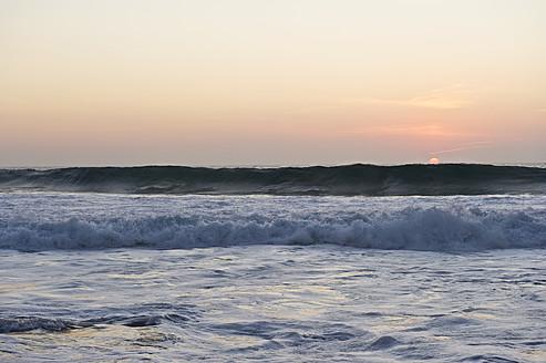 Portugal, Algarve, Sagres, View of Atlantic ocean with breaking waves at sunset - MIRF000416
