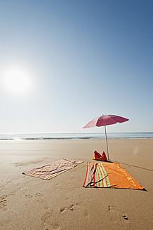 Portugal, Algarve, Sagres, Sunshade and blanket on beach - MIRF000431