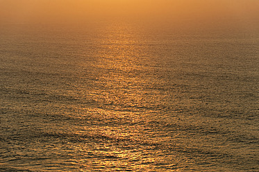Portugal, Algarve, Sagres, View of Atlantic ocean with waves at dusk - MIRF000443
