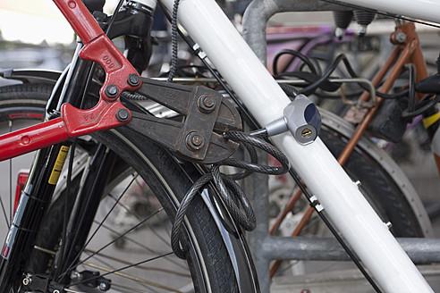 Germany, Bavaria, Munich, Bolt cutter cutting bicycle lock - DSF000596
