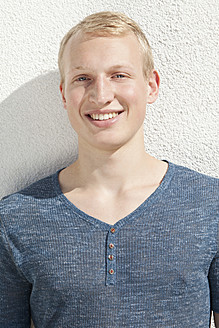 Germany, Bavaria, Young man smiling, portrait - MAEF004650