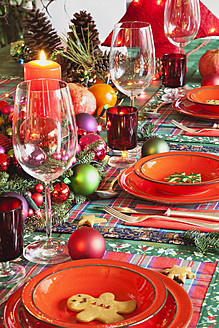 Germany, Cologne, Place setting at dining room for christmas - GWF001788