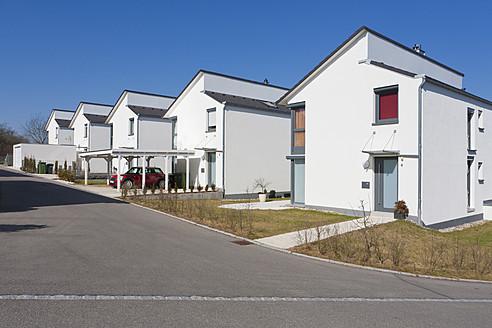 Germany, Baden Wurttemberg, Aldingen, Row of modern detached houses - WDF001233