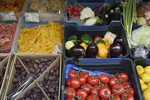Germany, Bavaria, Munich, Vikrualienmarkt, Fruits and vegetables at market stall - TCF002664