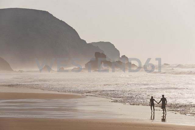 Portugal, Couple walking on beach - MIRF000462 - Michael Reusse/Westend61