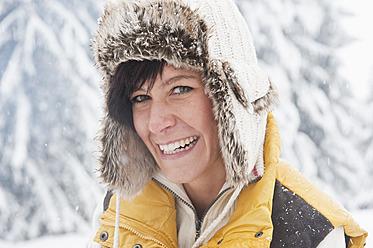 Austria, Salzburg, Young woman smiling, portrait - HHF004215