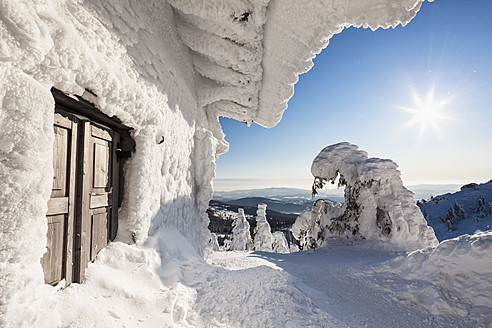 Germany, Bavaria, View of snow covered mountain hut at Bavarian Forest - FOF003905