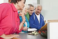 Germany, Leipzig, Senior men and women cooking food - WESTF018896