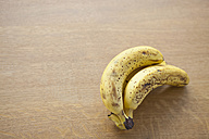 Close up of ripe banana on table - FLF000088