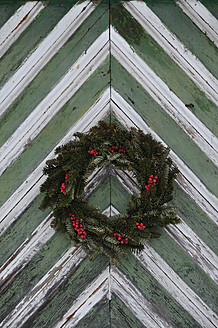 Austria, View of advent wreath on wooden door - AXF000160