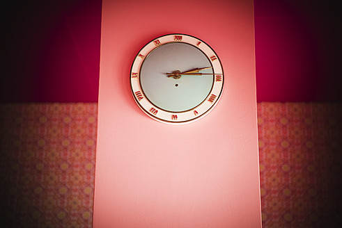 Germany, Stuttgart, Wall clock in apartment - MFP000123