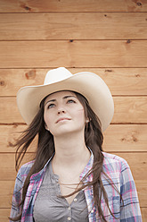 Germany, North Rhine Westphalia, Young woman with cowboy hat, smiling - KJF000166