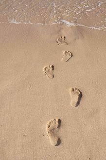Portugal, Lagos, Footprints on sand - UMF000358