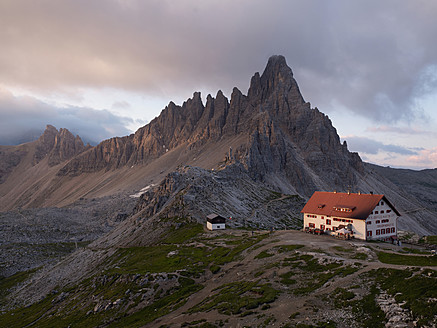 Italy, View to Paternkofel Mountain and mountain shelter at sunrise - BSC000124