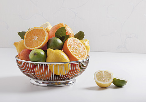 Fruit basket with citrus fruits, close up - WBF001304