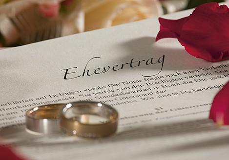 Wedding rings on invitation card, close up - WBF001313